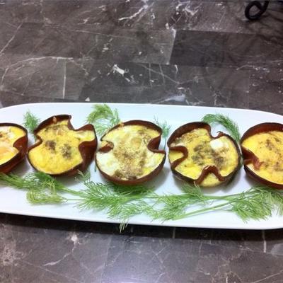 Huevo verde y tazas de jamón