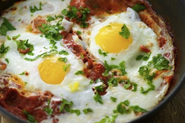 Huevos persas escalfados en salsa de tomate.