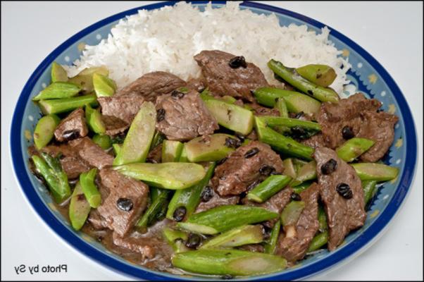 Rebanadas de carne con frijoles negros y brócoli chino sobre arroz