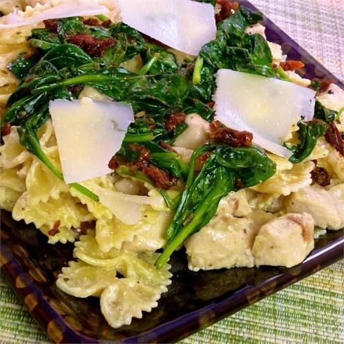 Pasta de mascarpone con pollo, tocino y espinacas.
