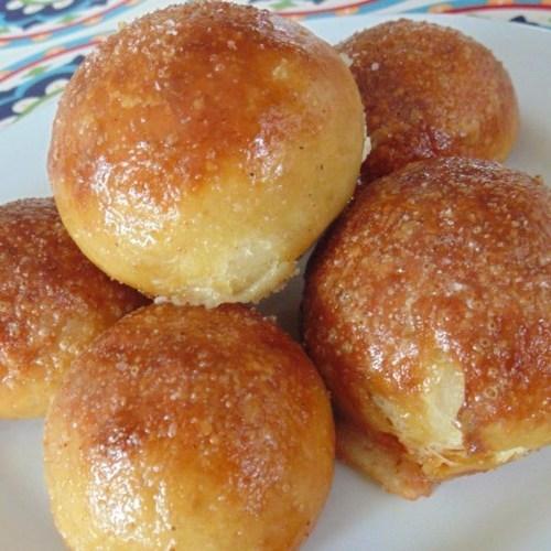 Cucharones de pretzel rellenos de jalapeño
