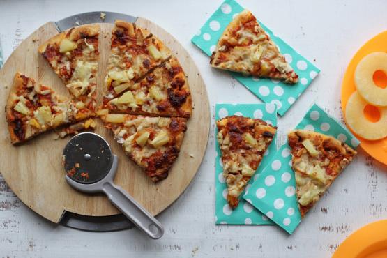 Restos de barbacoa pizza de cerdo (o pollo desmenuzado) con piña